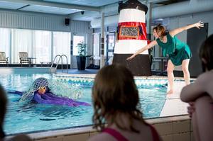 Barnteater spelas i poolen i Stödehuset. Förskoleklassen från Stöde skola får se när Silla ska lära sig simma.