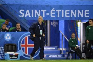 Lars Lagerbäck under Islands första EM-match mot Portugal på Stade Geoffroy-Guichard i Saint-Étienne.