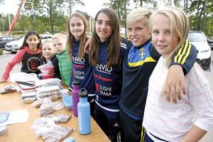 Kom och köp. Det här gänget sålde kakor i går. Från vänster Merna Mazen, Ellen Sällberg, Mathias Stensson, Anna Tengbert, Tina Amin, Ville Joelsson och Kajsa Nilsson.