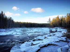 Isen börjar lägga sig på Klingforsen i Idre.Läsarbild