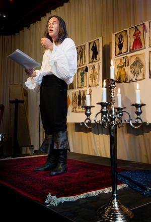Iförd peruk och 1600-talskläder presenterade regissören Tomas Tjerneld satsningen.