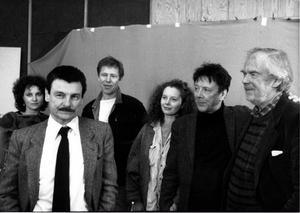 Andrej Tarkovskij under en intervju om filmen Offret. På bilden ses Tarkovskij i förgrunden och bakom från vänster den franska skådespelerskan Valerie Mairesse, Sven Wollter, Filippa Franzén, Allan Edwall och filmfotografen Sven Nykvist.