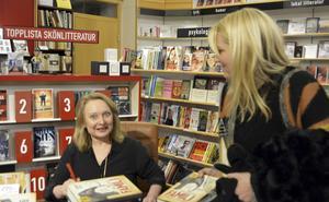 Augustprisvinnaren 2015 i faktaklassen, Karin Bojs, signerar en bok för Johanna Larsson Beijar på Akademibokhandeln Vängåvan