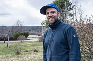 Trots den sena våren och kylan – Stiko Per bryr sig inte om vädret när han ger sig ut på årets vandring.