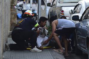 En skadad person blir omhändertagen efter en explosion i Hua Hun på fredagen.