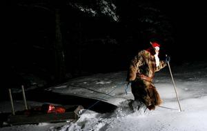 Det tjocka snötäcket är inget som hindrar jultomten från att nå fram med klapparna till barnen. Foto: Henrik Flygare