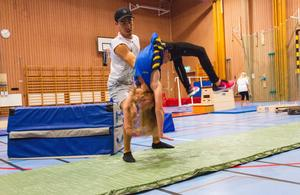 2017 hjälpte Mahdi Karimi barnen att slå runt i luften, när de övade på att göra bakåtvolter.