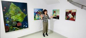Britta Ericsson, som bor i Libby, ställer ut på Norrtälje konsthall. Hennes målningar är färgstarka berättelser om en alldeles egen värld.
