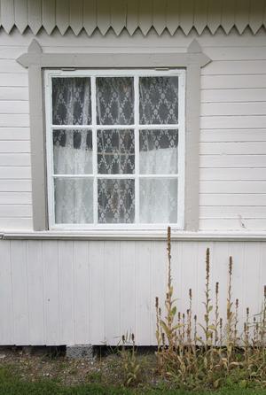 Snickarglädje, vackra fönster och en svagt bruten kulör på fasaden.