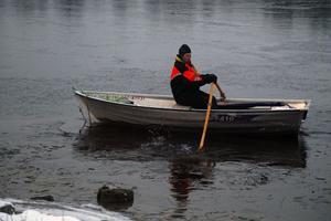 Tore Andersson fick ta ekan som fick agera isbrytare innan fisket kunde komma igång. Genom att ro sönder isen nära land så skötte strömmen det resterande arbetet.