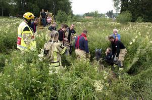 Räddningstjänsten har kommit på plats och funderar på hur de ska få upp hästen på bästa sätt.