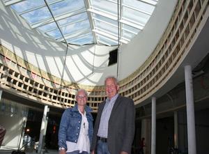 Cathrine Rikner och Hans-Erik Häggkvist under gallerians lanternin eller ljusinsläpp.