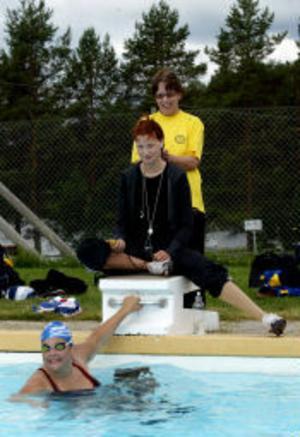 Sandra Lindgren, som satsar på Olympiska spelen i Peking 2008. Här med tränaren Annelie Oskarsson och simmerskan Julia Sandquist.
