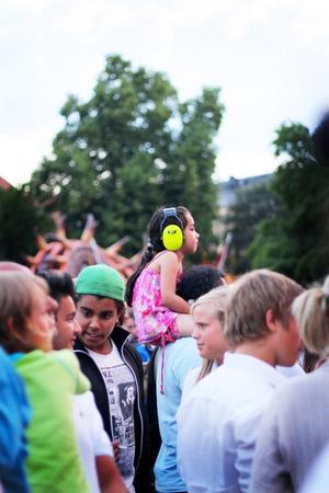Liten flicka i den varma kvällssolen under Looptroops konsert på Cityfestivalen 2011.