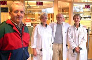 Gösta Wängman, som för 50 år sedan deltog i flytten av apoteket från Ragunda till Hammarstrand tillsammans med Marianne Axelsson, nye apotekschefen Harald Gribkowsky, Österforse, och Margit Lind, Långsele, som vikarierade för Susanne Elfsgård.                                                                 Foto: Ingvar Ericsson
