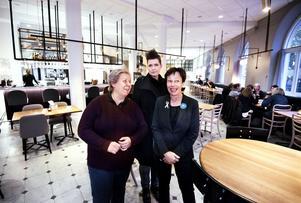Tillbaka upp ur källaren är allt som vanligt på hotell Borgen. I alla fall i receptionen. Eva Jansson, Sara Eklund och Inger Salomonsson.
