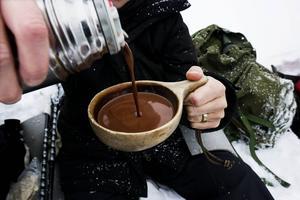 En kåsa med anor från 1924 fylld med ångande hemkokad choklad smakar gott under fikapausen.