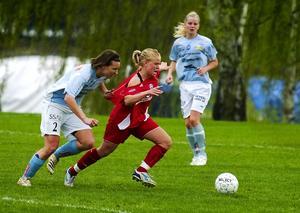 Duell. Ornäs hårding, Malin Ericson, tar till ojusta medel för att stoppa Älvsjös skyttekung, Mia Jalkerud.