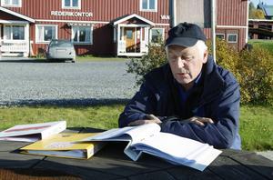 Örjan Bergqvist med det kontraktsförslag som kommunen skrivit.