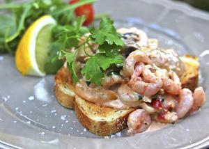 Stuva redan kokta skaldjur innebär att man kokar stuvningen separat och vänder ned skaldjuren i sista stund.