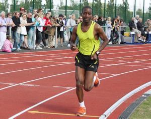 41-årige maratonlöparen Alfred Shemweta hade inga problem att springa 5000-metersloppet när Lärkans konstgräsplan och friidrottsanläggning invigdes.