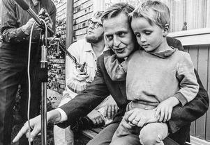 Olof Palme med sonen Mårten i knät i samband med att han intervjuas om klassamhället av Vilgot Sjöman 1967 under inspelningen av