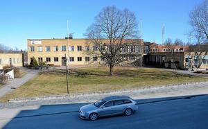 Vad ska hända med kommunhuset? Ett förslag från kommunledningen är att byggnaden med flyglarna rivs. Bara källarvåningen i huvudbyggnaden skulle bli kvar.