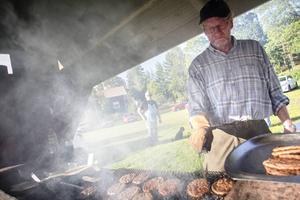 Sista kafékvällen firades traditionsenligt med hamburgare. Sven Norberg fixade grillen.