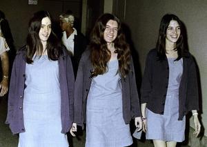 Susan Atkins, Patricia Krenwinkel och Leslie Van Houten på väg till rättegången för Manson-morden 1969. De tre tillhörde vad som kallades för Charles Mansons familj.