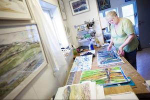 Att i ateljéns goda ljus få ägna hela dagarna åt måleriet är lycka för Gunnel Lundholm.