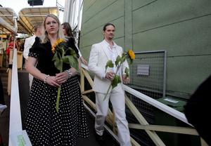 Theresia Widarsson uppskattade den vackra solrosen hon fick ta emot på scenen.