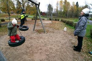 Flera dagar i veckan går dagbarnvårdare Inga-Lill Anemar och hennes dagbarn till lekplatsen vid Dalviksvägen. De ser fram emot mer att leka med än den ogräsbevuxna sanden och de gungor som finns i dag.