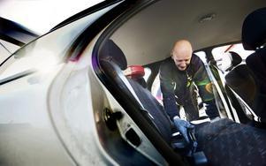 Mikael Rundgren i Sörby dammsuger bilen. Sedan ska han tvätta den med högtryckstvätt.