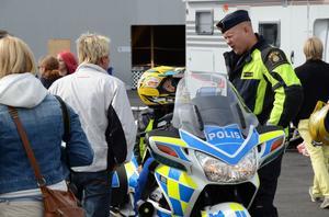 INSTRUKTION. Polisen instruerade deltagare och bjöd på åkturer.