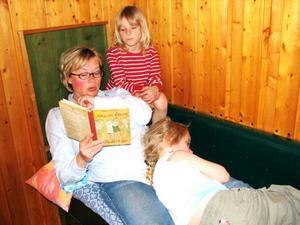 Ingela Andersson läser gärna i sängen för barnen.