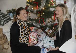 Therese Lust och Helena Andersson har fått in många julklappar, men lovar att de får plats med fler.
