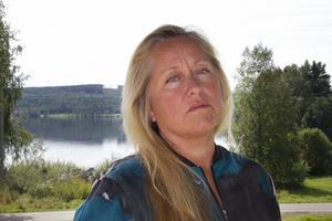 Katarina Berglunds dementa mamma hittades uttorkad och smutsig och fick föras till sjukhus där hon senare avled. Nu ifrågarsätter hon hemtjänstens vårdkunskaper.