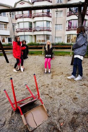 Högsta önskan för dessa tjejerna Maria Charmi, Sophie Bernhard, Malin Sellbom och Rebecca Sellbom, är att det blir en lösning med Östersundsbostäder så att de får plocka fram studsmattan till sommaren.