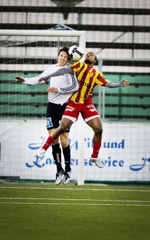 Kristian Ek i närkamp med spelare i Syrianska i fjol.