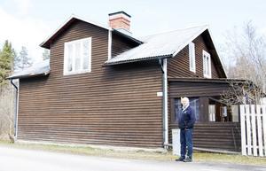Jan Edstrand berättar att avlidna lades i rummet med fönster på andra våningen på lanthandelns tid.