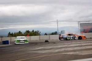 Jens Edman, i den gröna bilen, tar en kurva samtidigt som Alexander Graff sladdar ur.