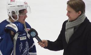 KHC:s Emil Eriksson intervjuas av Sportens Kevin Johansson efter slutsignalen. Foto: BBLAT