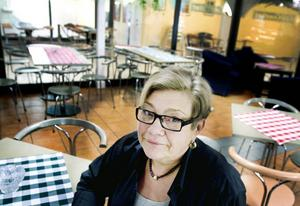 """VILL VIDARE. När Stortorget och Nygatan byggdes om försvann kunderna för Gun Vendin på Café Gourmet. Men det är inte på grund av dålig lönsamhet hon säljer, utan för att få en ny utmaning. """"Jag har jobbat själv så många år, så nu är det dags att träna på att jobba med andra"""", säger hon, och låter sig motvilligt fotograferas."""