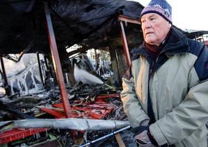 """Det är dagen efter den våldsamma branden. """"Vad ska man tro. Det har varit en massa skolbränder"""" säger Berthold Nilsson och skakar på huvudet. Han bor fyrahundra meter från Lövstaskolan och såg hur eldstormen rasade under nyårsnatten."""