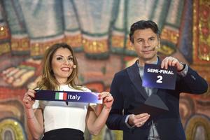 Alexandra Pascalidou och Jovan Radomir vid dragningen av semifinalplatserna till Eurovision Song Contest, i Stadshuset i Stockholm.