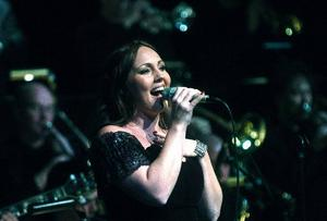 Hanna Hedlund är en grym scenpersonlighet med charm och utstrålning och en fantastisk och tonsäker sångerska.
