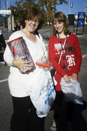 Ellenor Sundin, 40 och Emma Högqvist, 11, fyndade för glatta livet. Bland annat en kakburk med tomtemotiv och dvd-filmer. Kolla vad man kan fynda! Tio spänn här och 400 på Barnens hus, sa Ellenor och visade upp ett dataspel.