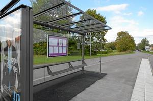 Kur för väntan. Busskuren är av samma modell som kurer i Paris och är designad av Norman Foster, en brittisk arkitekt.