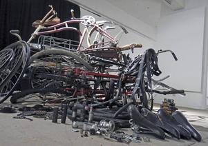 Skulptur av cykeldelar.