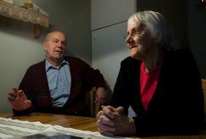 – När jag fick jobb som portvakt efter 30 år inne vid ugnarna, så blev det ju en jäkla skillnad. Men jag trivdes bra med arbetskamraterna på mitt skift, säger Kjell Östman.Och en av arbetskamraterna var frun Helga.